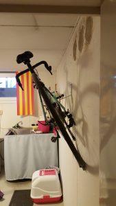 Cykeln hänger tryggt på väggen.